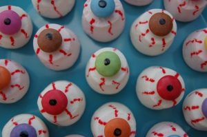 Eats-Amazing-UK-Edible-Eyeballs-made-from-marshmallows-topped-with-smarties-great-party-food-or-sweet-treat-for-Halloween